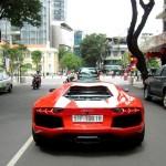 Bộ đôi siêu xe khủng Lamborghini biển trắng trên phố Sài Gòn