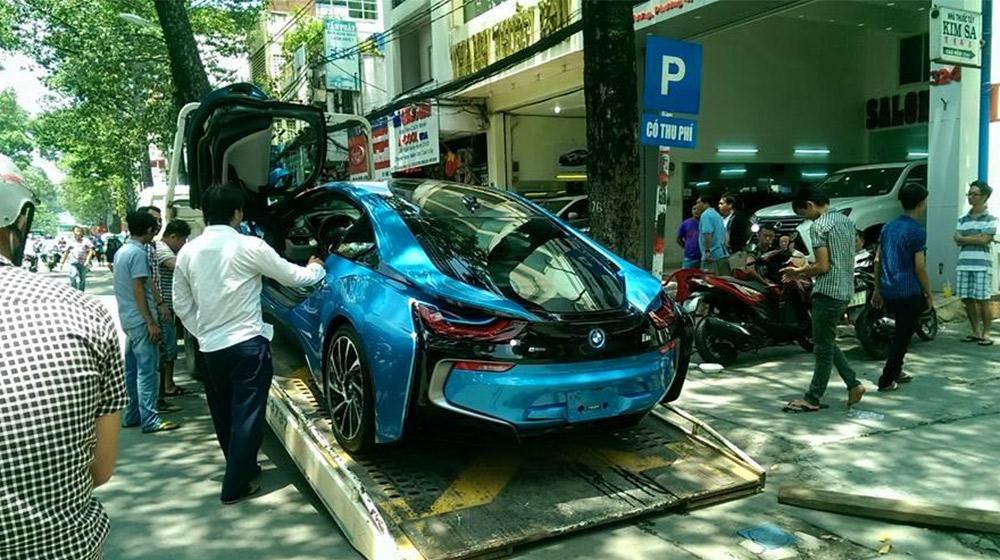 BMW-i8-cua-dai-gia-ha-noi