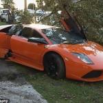 Lái siêu xe Lamborghini cho khách đi thử đâm mạnh vào cây