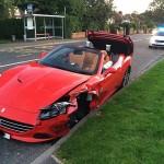 Siêu xe Ferrari California T mới mua bị tai nạn