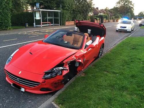 Siêu xe Ferrari California T mới mua bị tai nạn ...