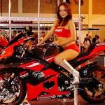 Choáng ngợp trước pha biểu diễn siêu xe máy cùng chân dài