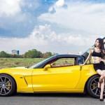 Siêu xe hiếm Chevrolet Corvette đọ dáng với chân dài xăm mình