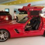 Siêu xe Mercedes SLS AMG chính hãng màu đỏ ra biển trắng