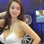 Vẻ đẹp của dàn chân dài Châu Á bên siêu xe