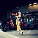 Chân dài khoe dáng bên siêu xe Mercedes SLS AMG độ