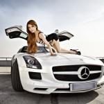 Người mẫu xinh đẹp khoe dáng bên xe sang