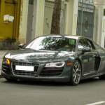 Siêu xe thể thao Audi R8 V10 màu xanh rêu trên phố