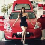 Chân dài khoe dáng cùng xe thể thao Nissan 370Z