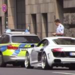 Cảnh sát đuổi theo 2 siêu xe để chiêm ngưỡng