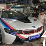 Siêu xe BMW i8 dán đề can và lô gô thể thao