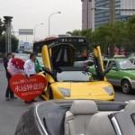 Xôn xao cụ ông 70 tuổi lái siêu xe Lamborghini cầu hôn bạn gái trẻ tuổi
