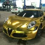 Siêu xe Alfa Romeo 4C dán đề can vàng óng ánh ở Việt Nam