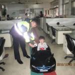 Em bé tự lái siêu xe BMW đi mua đồ ăn cách nhà 3 Km