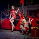 Hai chân dài xinh đẹp bên siêu xe Audi R8 đỏ rực