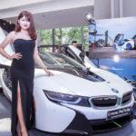 Mỹ nhân xinh đẹp bên dàn BMW đầy màu sắc