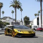 Ca sĩ Chris Brown lái Lamborghini Aventador SV mạ vàng dạo phố