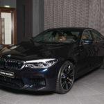 Siêu xe BMW M5 với màu sơn đen chuyển thành xanh khi gặp nắng