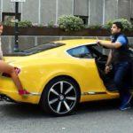 Dùng siêu xe Ferrari không cần tán, chân dài tự xin đi cùng