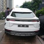 Nhiều người đứng ven đường ngắm Lamborghini URUS của Minh nhựa