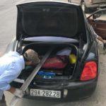 Xôn xao ảnh Bentley chục tỷ chở sắt bằng cốp xe ở Việt Nam