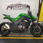 Siêu xe Kawasaki Z1000 phóng tốc độ phá nát nhiều đồ vật đặt trên đường