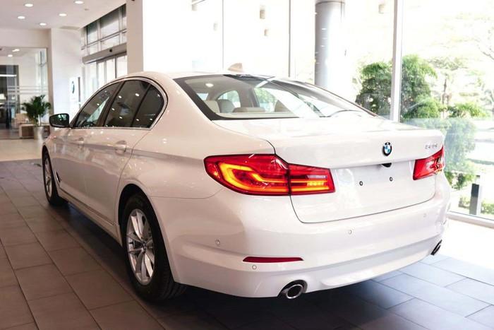 Đằng sau xe sang BMW đời mới
