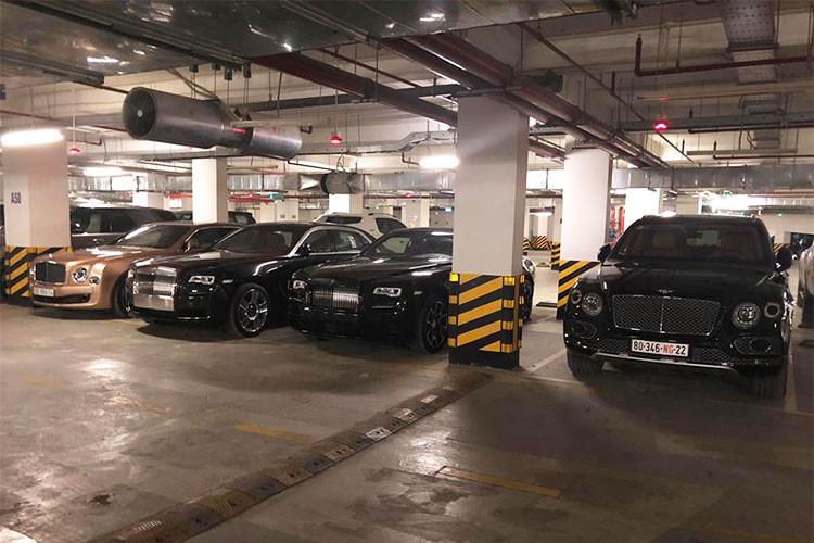 Dàn siêu xe khủng trong hầm xe