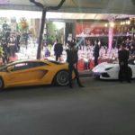 Vệ sĩ đứng bảo vệ cặp Lamborghini 80 tỷ cả tối