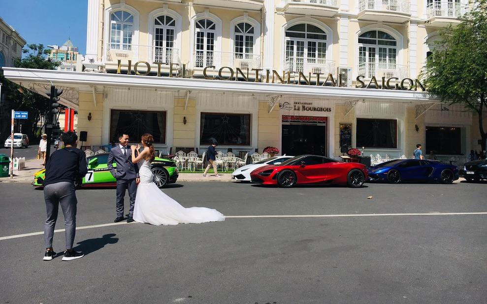 Cặp đôi bên siêu xe đẹp