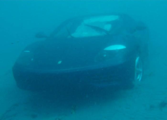 trục vớt siêu xe rơi xuống biển