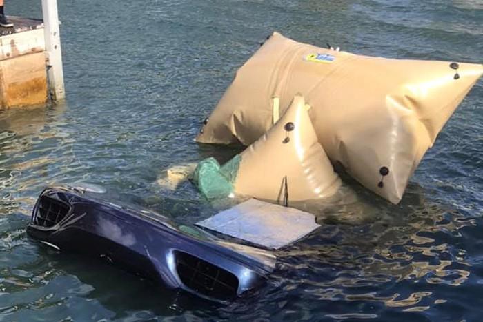 siêu xe rơi được mang lên bờ