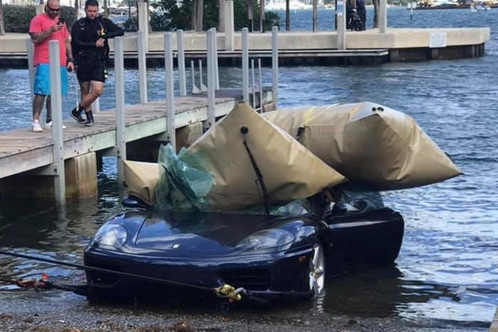 Rơi siêu xe xuống dưới đáy biển