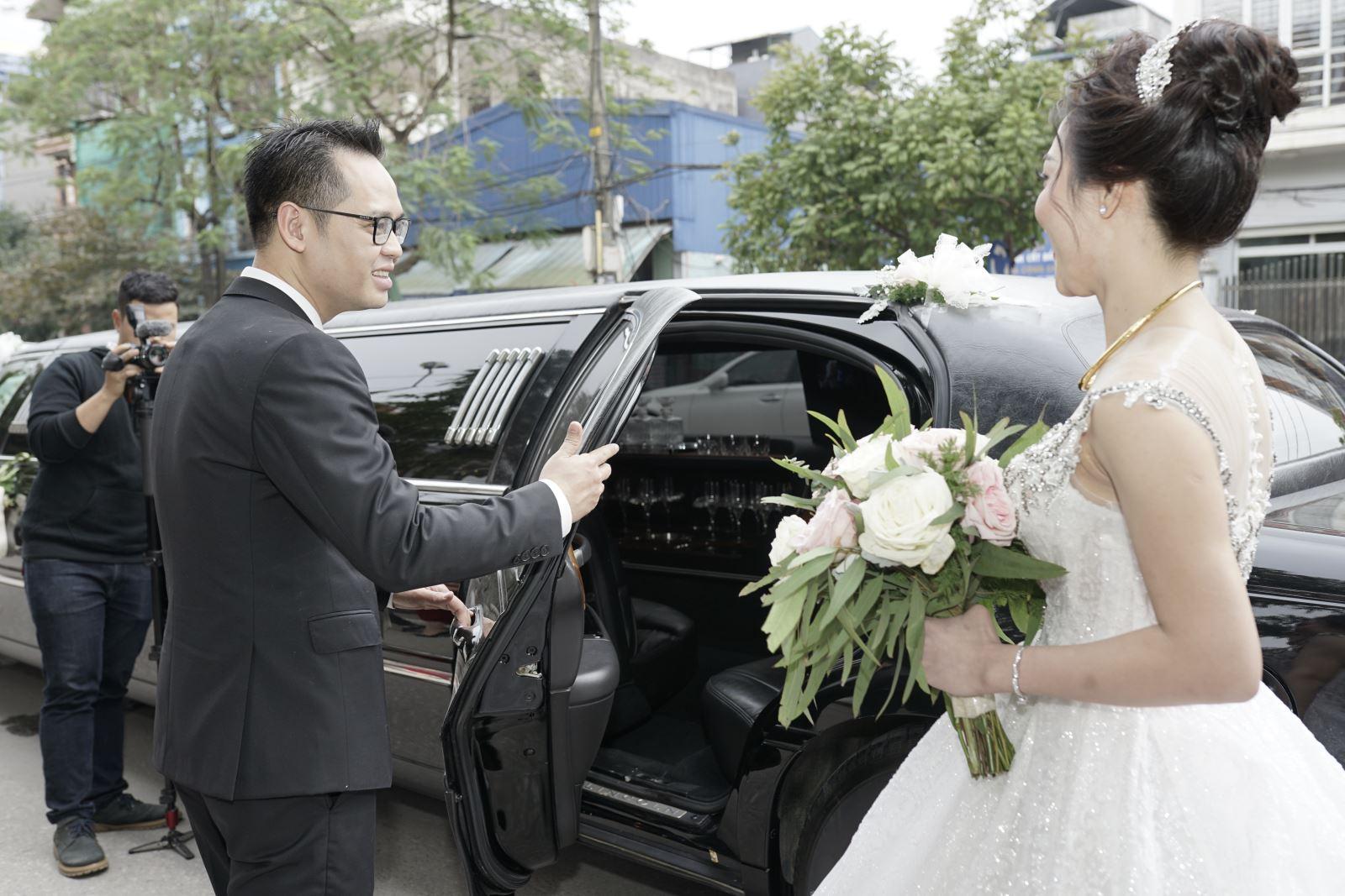 Chú rể đưa cô dâu bằng xe Limousine