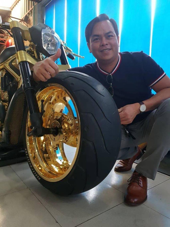 Đại gia Phúc XO dát vàng siêu xe mô tô