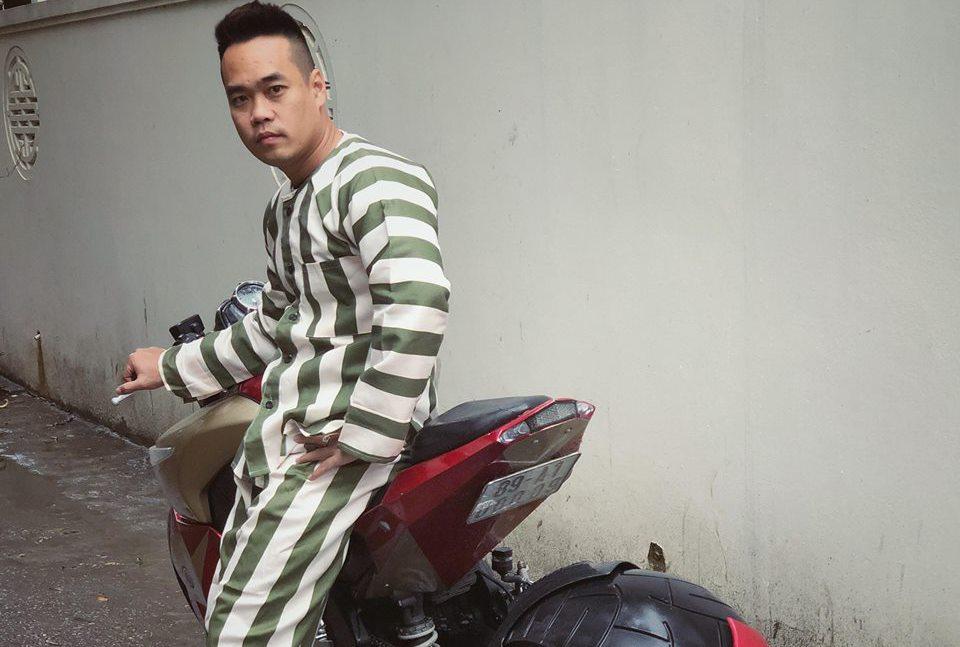 Dân chơi Tùng Giang mặc quần áo phạm nhân