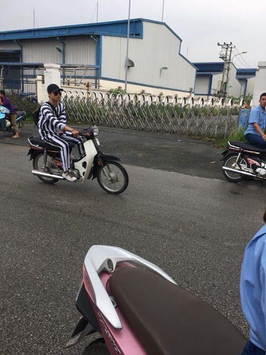 Nam thanh niên mặc áo phạm nhân đi xe máy