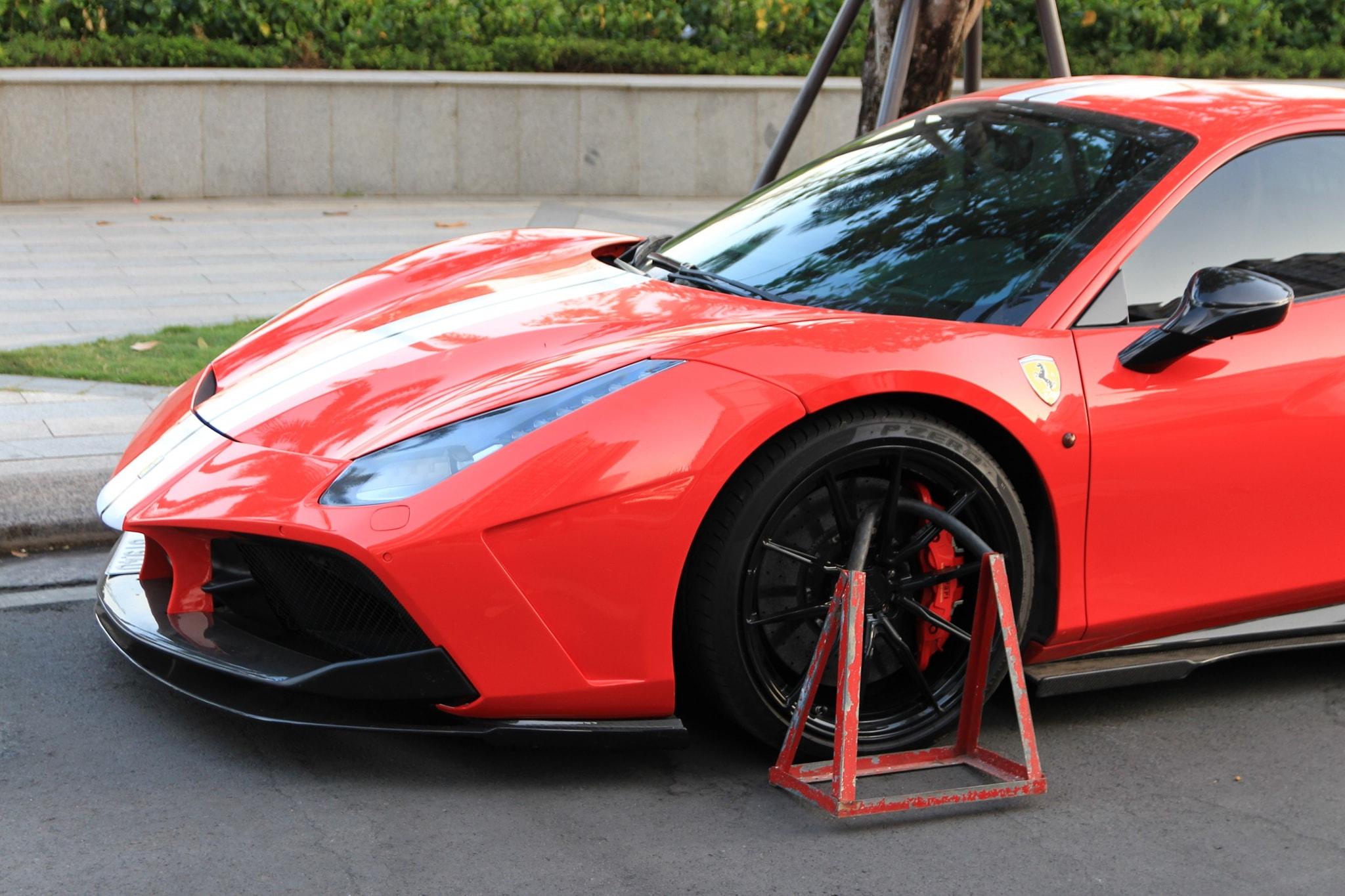 Siêu xe Ferrari bị khóa bánh