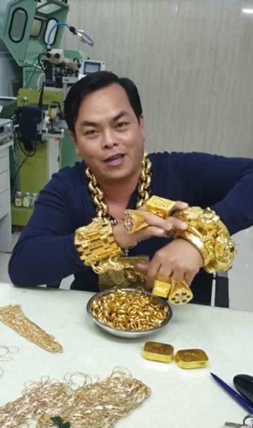 Phúc XO đeo vàng giả đại gia giàu nhất