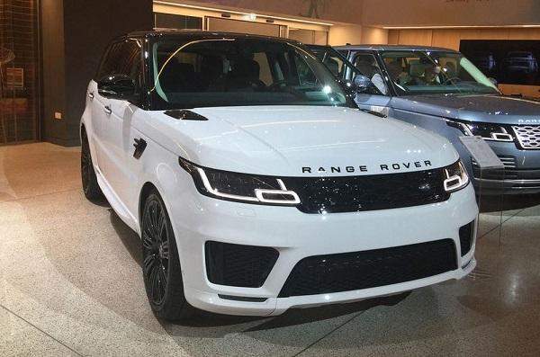 Đi xe Land rover chênh lệch giàu nghèo