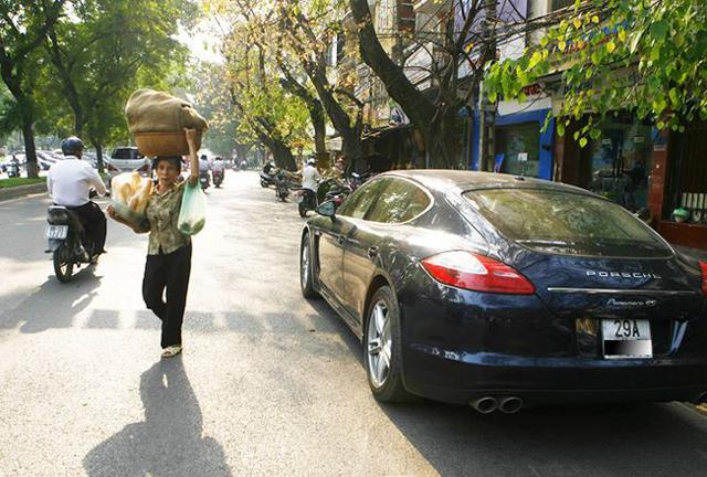 Giàu nghèo rõ rệt trên đường phố