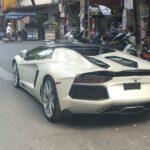 Video dùng Lamborghini mui trần 30 tỷ làm taxi thử lòng chân dài Hà Nội