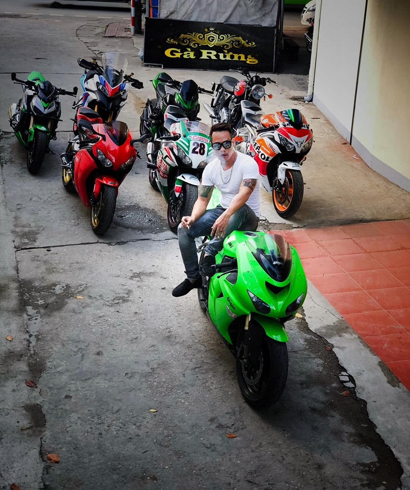 Tùng Giang chơi xe mô tô