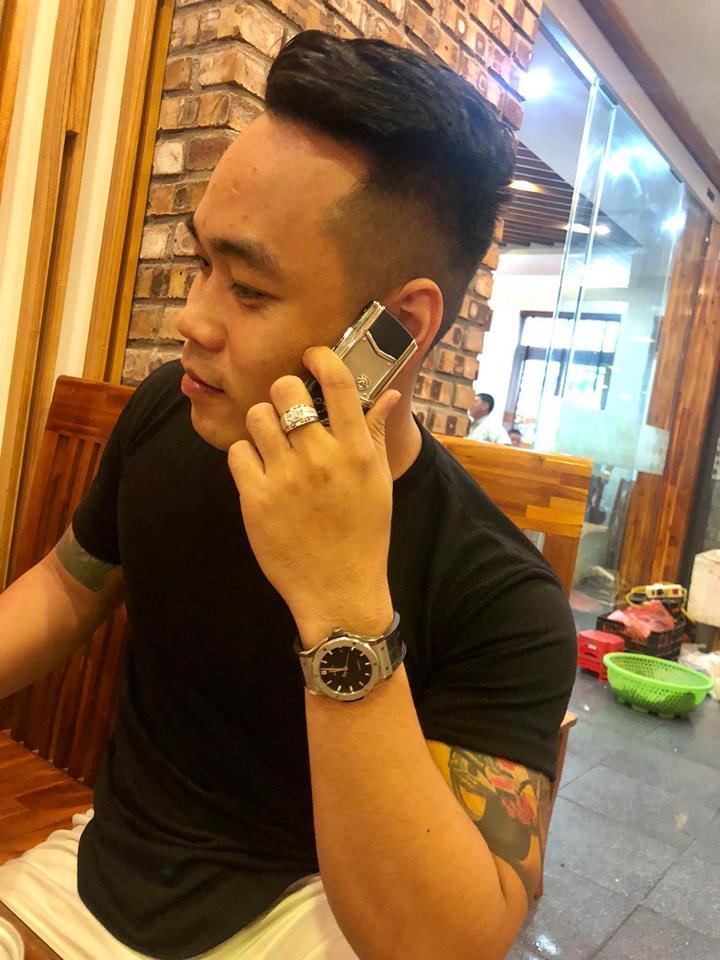 Tùng Giang chơi điện thoại
