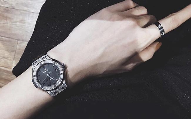 Nữ đại gia đeo đồng hồ xịn