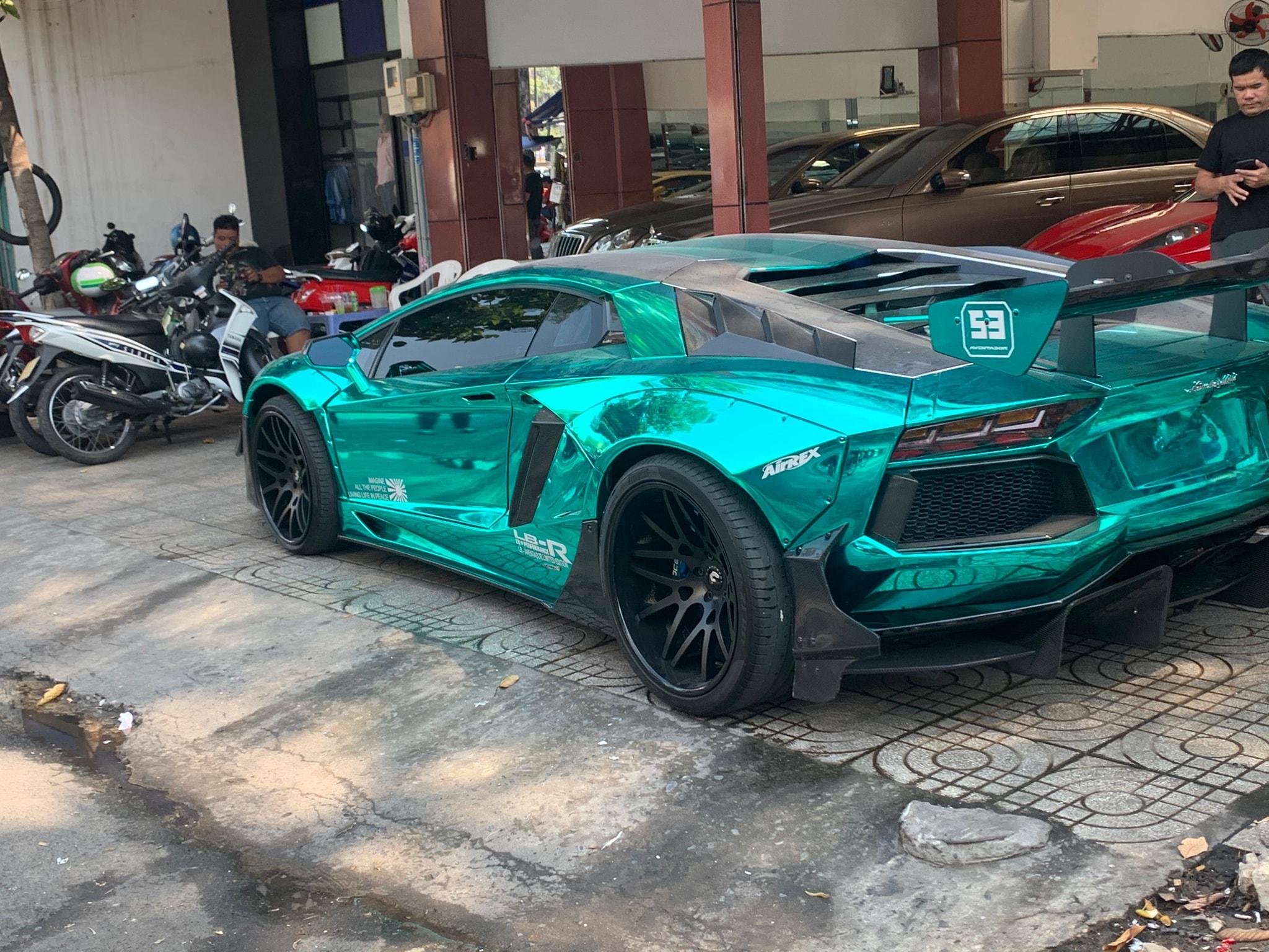 Lamborghini Aventador độ độc đáo với chrome xanh ở Sài Gòn gây chú ý giới chơi xe Việt Nam. Sau khi độ xe đang được bán ở Sài Gòn tại một showroom siêu xe độc đáo nhất.
