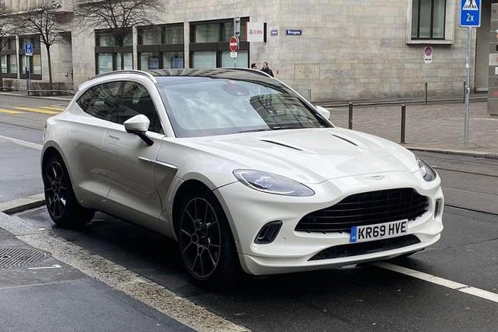 Siêu xe SUV Aston Martin DBX trên phố