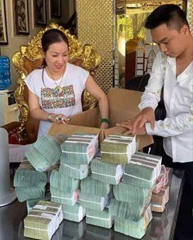 Nữ đại gia khoe tiền trên mạng